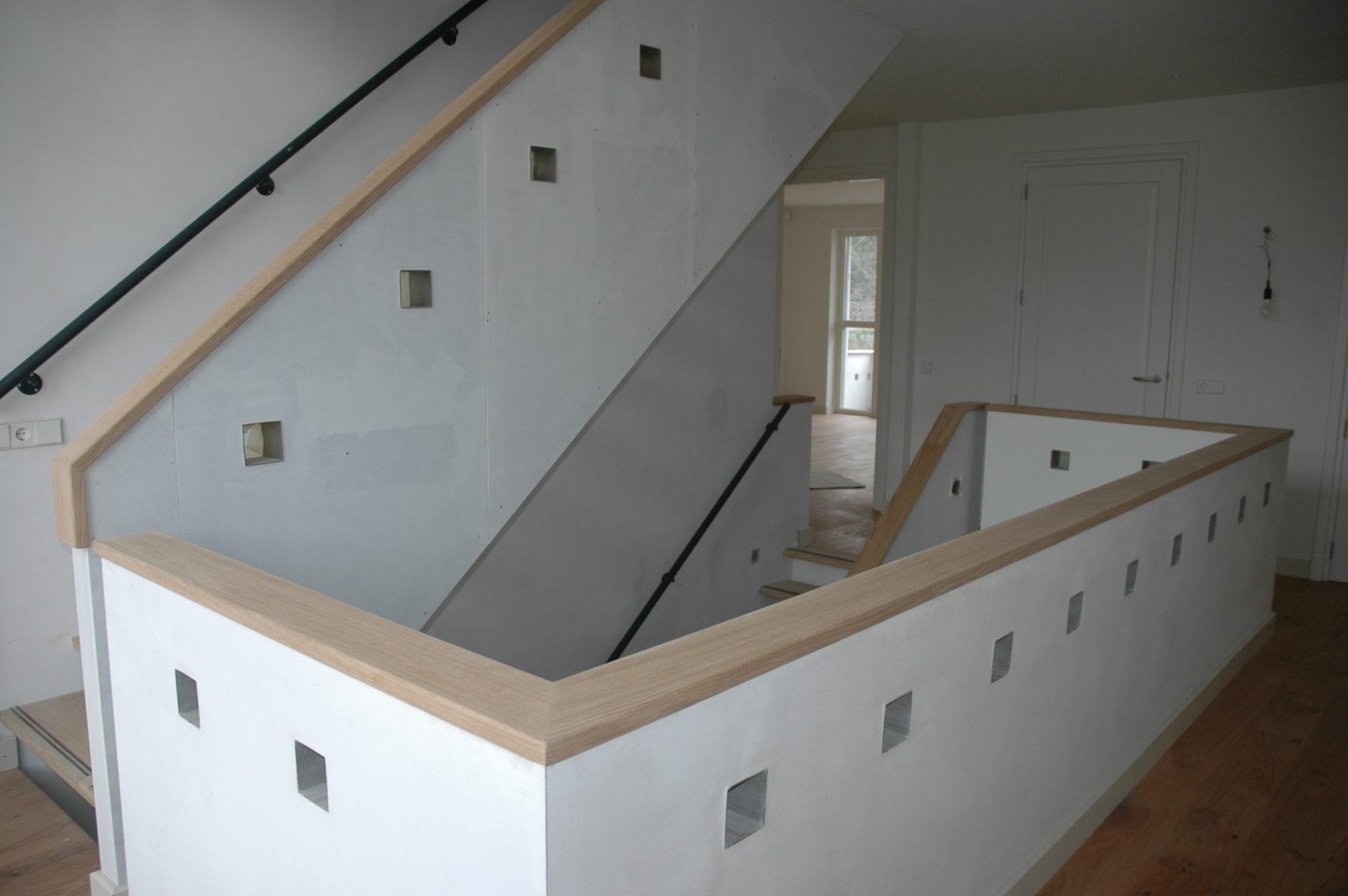 Trap met traptreden tegen muur